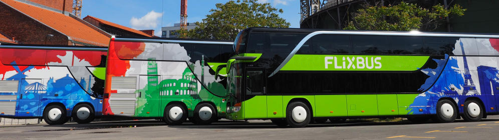 Bussen van FlixBus met internationale branding